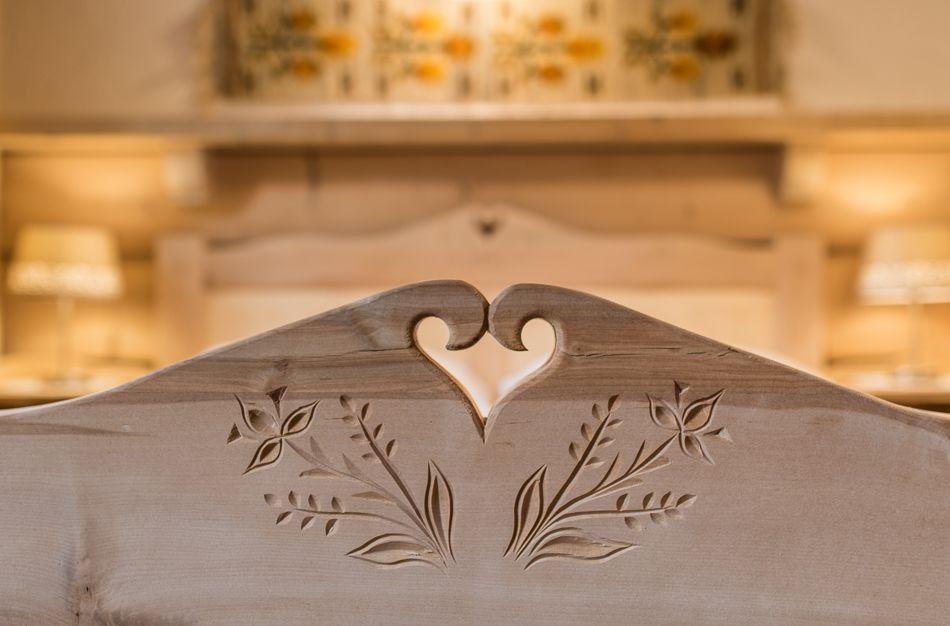 rzeźbiona w drewnie rama łóżka