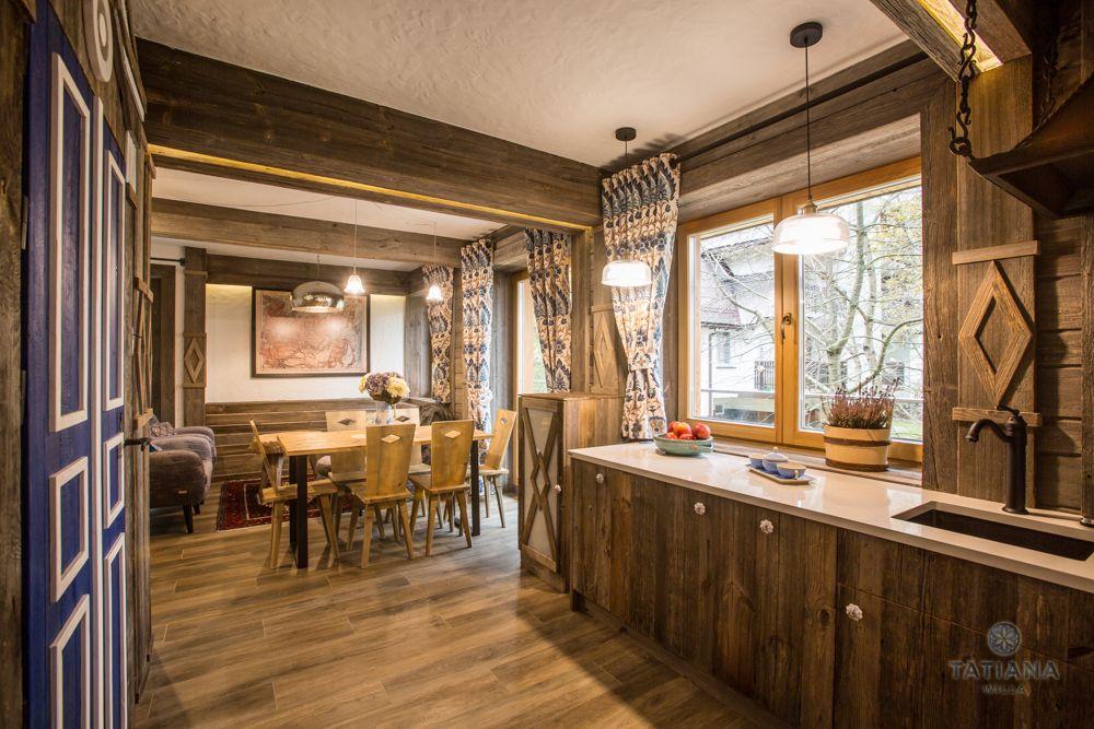 Apartament Syberyjski Willa Tatiana folk drewniana kuchnia z jadalnią