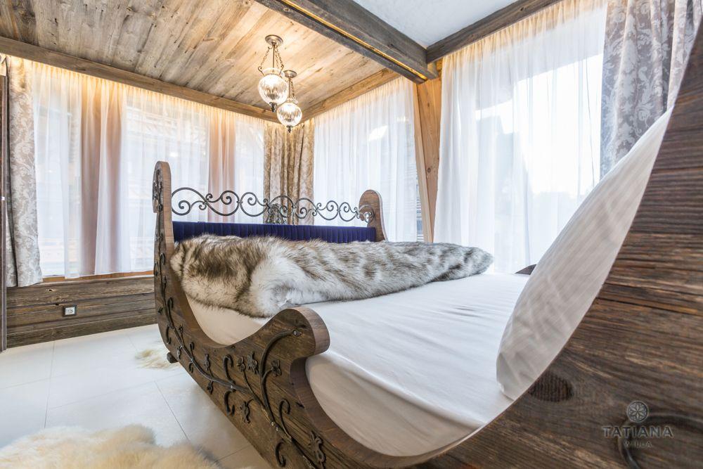 Apartament Syberyjski Willa Tatiana folk drewniana sypialnia z łóżkiem w kształcie sań