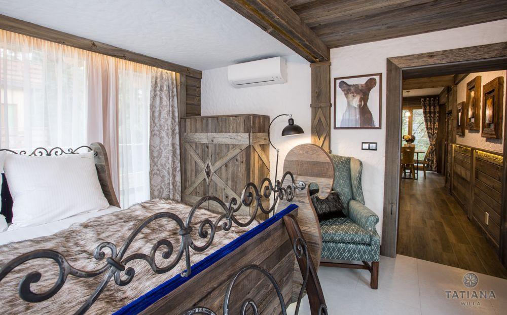 Apartament Syberyjski Willa Tatiana folk sypialnia z akcentem drewnianym