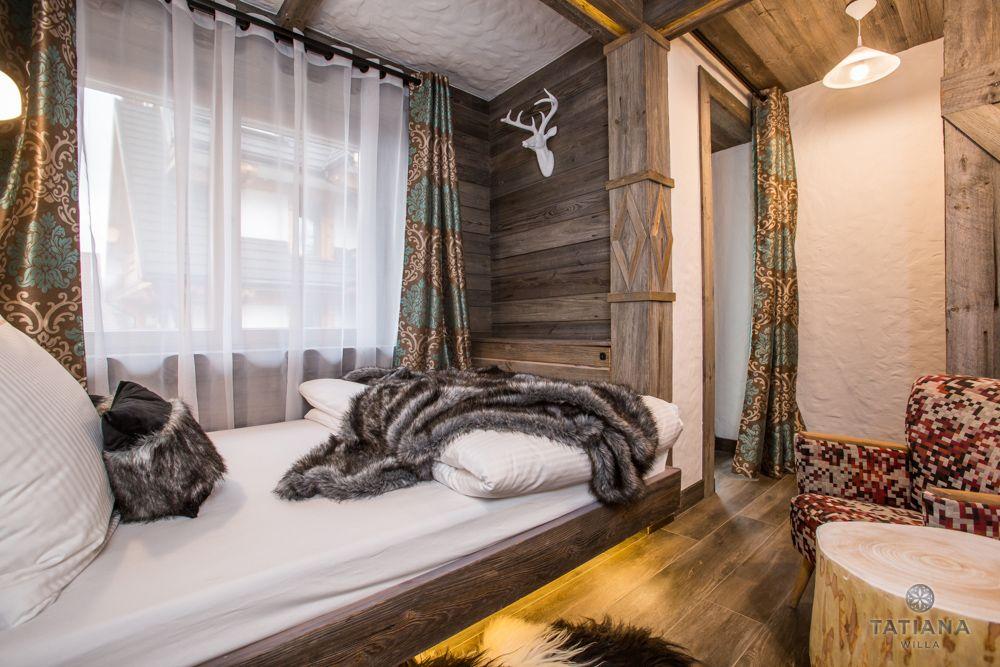 Apartament Syberyjski Willa Tatiana folk sypialnia z akcentami drewnianymi