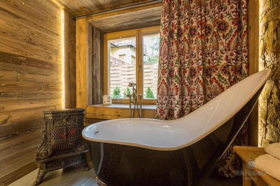 Apartamenty Zakopane Willa Tatiana folk drewniana łazienka z wanną