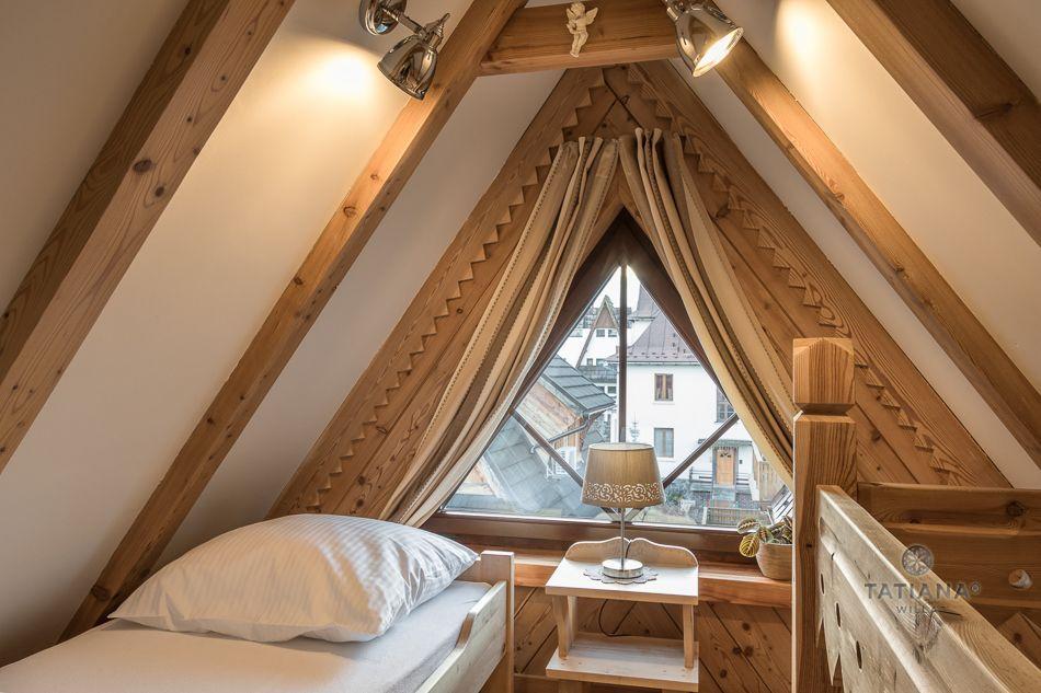 Apartament 6 Tatiana Premium Zakopane sypialnia z akcentem drewnianym na poddaszu