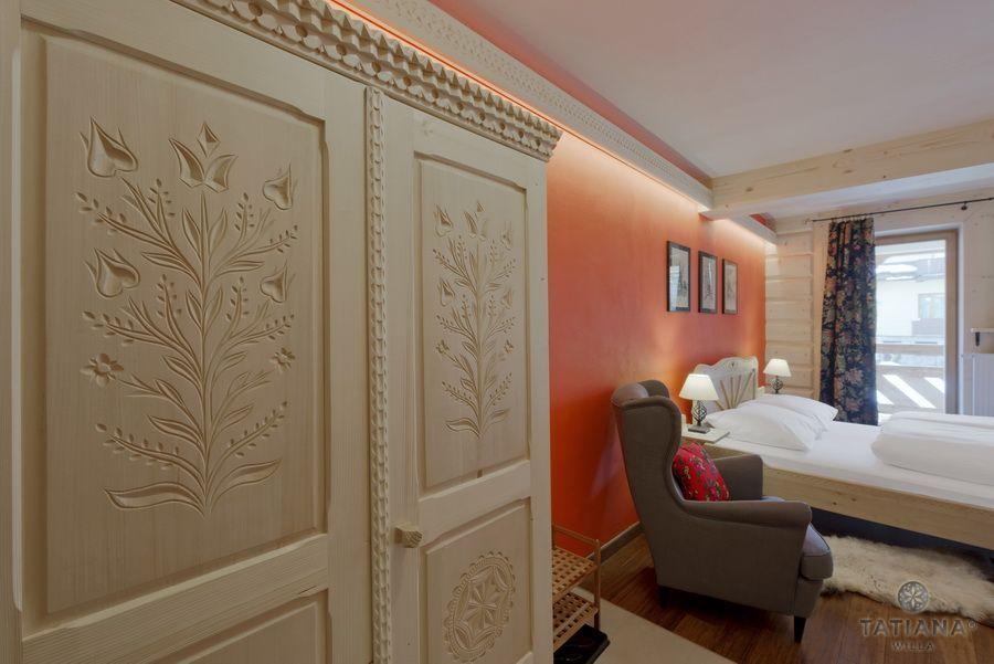 Apartament 10 Willa Tatiana II Zakopane rzeźbiona szafa drewniana
