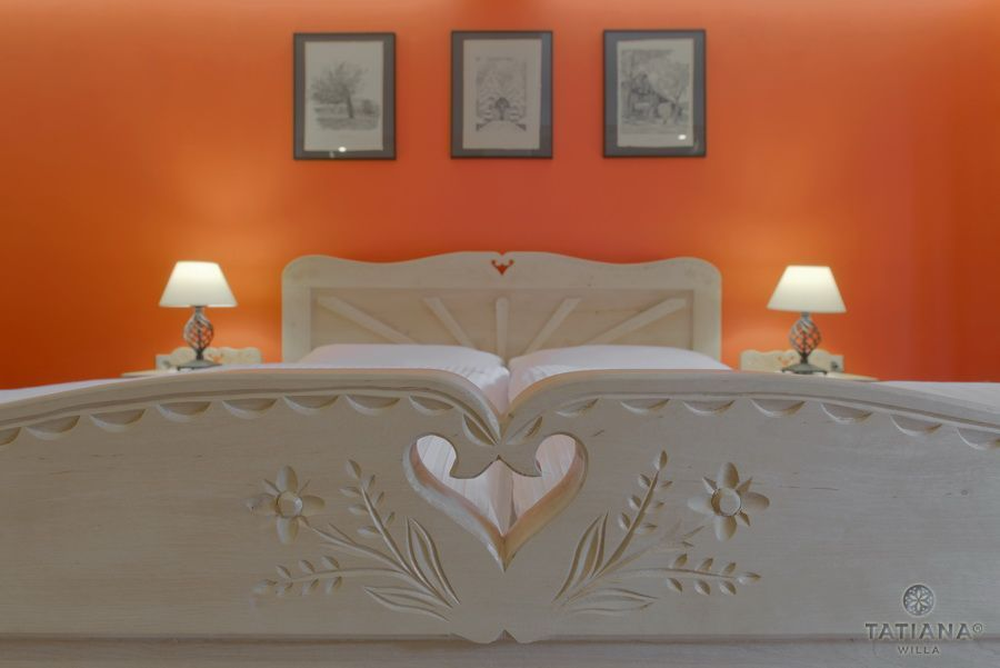 Apartament 10 Willa Tatiana II Zakopane rzeźbiona rama łóżka
