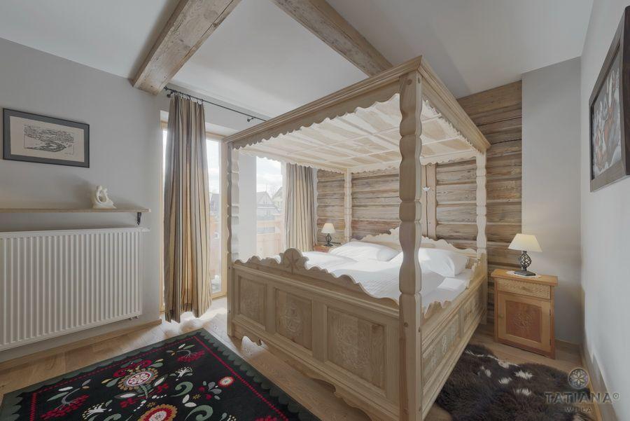 Apartament 14 Willa Tatiana II Zakopane drewniane rzeźbione łóżko