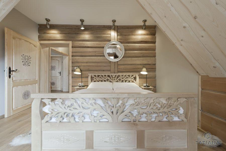 Apartament 15 Willa Tatiana II Zakopane rzeźbione łóżko w drewnie