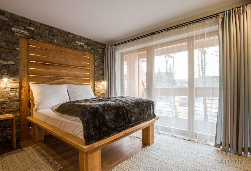 Apartament Czeresniowy Willa Tatiana boutique drewniane łóżko