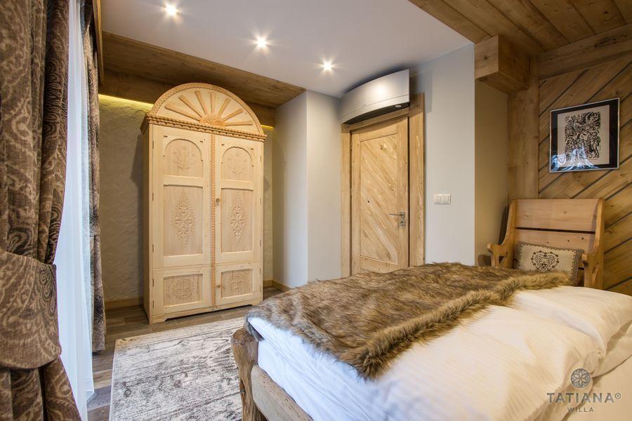 Apartament Smerkowy Willa Tatiana boutique drewniana sypialnia
