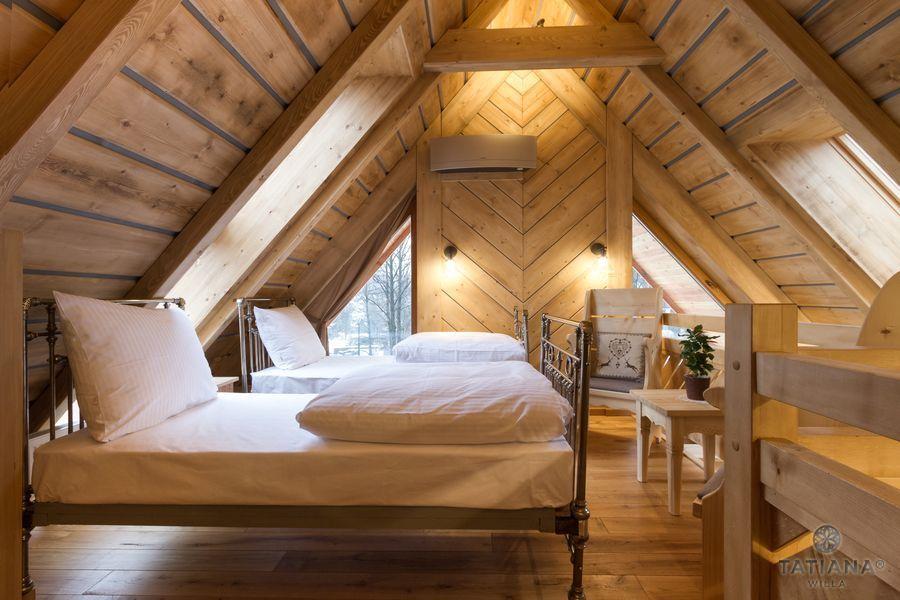 Apartament Smerkowy Willa Tatiana boutique drewniana sypialnia na poddaszu