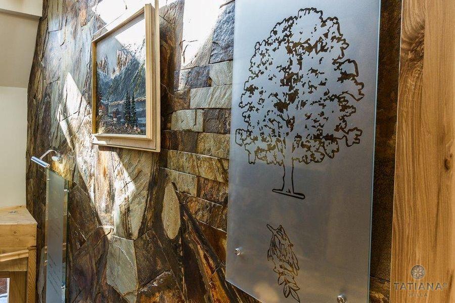 Willa Tatiana boutique korytarz z obrazem drzewa